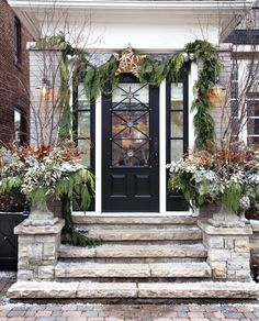 I love the star above the door and the natural look of the garland, haphazardly thown up there. I could never pull this off!