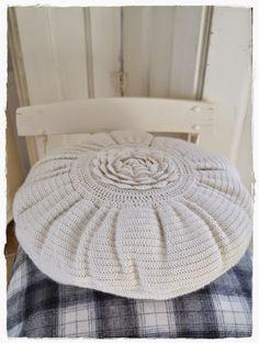 versponnenes: Zuhause... #crochet #pillow #rose #round