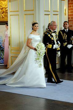 La princesa Victoria del brazo de su padre el Rey Carlos Gustavo de Suecia.