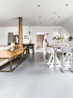 Sous les toits, le plafond en lambris de cette pièce a été repeint en blanc pour lui éviter d'être étouffante