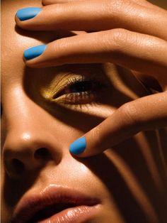 Precioso contraste de color en el maquillaje y en la base de uñas