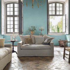 Murs bleu pastel et tomettes au sol pour un salon romantique dans Collection Romantic . Idée décoration de salons Classiques sur Domozoom.