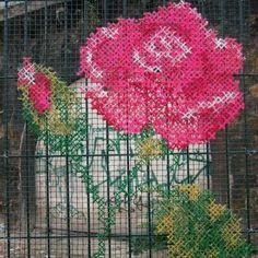 Bordado urbano para este Jueves Gris  #embroidery #streetart #art #arte #arteurbano #goodvibes #goodmorning #life #goodlife #love #amazing #pink #flowers #instagood#ecomiscelaneas http://ift.tt/2mSIouc