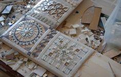 Specchio Madreperla:   Realizzato in smalti, vetri artistici, vetri specchiati, murrine, oro e perle di vetro, madreperla e agata su base di legno bombata  Dimensione 60x60 cm bordo da 12cm. Anche su misura.