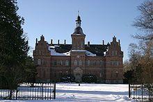 Rosenfeldt, Sjælland - Rosenfeldt er bygget i 1774 af Reinhard Iselin, som en hovedgård. Hovedbygningen er opført i 1868-1870 ved H.S. Sibbern og ombygget i 1882 ved H.C. Glahn.  Arkitekten Christian Joseph Zuber opførte det endnu eksisterende ladegårdanlæg i klassicistisk stil 1776-77.