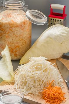 Квашеная капуста.  На 4-х литровую банку: 4-4.5кг капусты в кочанах, 350-400г моркови, соль - по вкусу, сахар - пара больших щепоток, но скорее всего, что тоже по вкусу  на 1 кг капусты 17 грамм соли
