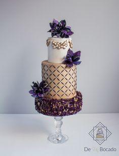 Tarta de boda con caramelo isomalt, estarcido y flores de papel de arroz texturizado /wedding cake with isomalt, wafer paper flowers and stencil