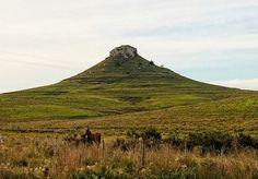 """El Cerro Batoví se encuentra en el Departamento de Tacuarembó, al norte de Uruguay. Forma parte de la Cuchilla de los Once Cerros, todos ellos tienen como característica común la cima """"chata"""". Hay ..."""