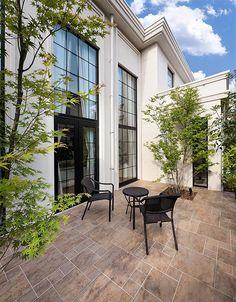 クラシックに憩う|建築実例|高級注文住宅│アーネストアーキテクツ White Exterior Houses, Interior And Exterior, Villa Design, House Design, Outdoor Seating, Outdoor Decor, Deck, My Dream Home, Interior Styling