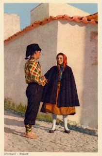 (PORTUGAL) - Nazaré - Idílio de pescadores * Fishers flirting Portuguese Culture, Folk Clothing, Old Dresses, People Of The World, Folklore, Where To Go, Traditional Outfits, Character Inspiration, Costumes