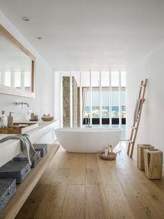 Holzboden im Badezimmer wirkt direkt wohnlich #freistehende #Badewanne #Badezimmer #Ideen #holz #einrichten #wohnen #Waschtisch #Leiter #calmwaters #modern #living #home