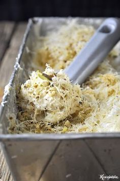 No-churn ice cream with shredded phyllo dough (kataifi) & pistachios. (in Greek) Greek Sweets, Greek Desserts, Frozen Desserts, Greek Recipes, Easy Desserts, Dessert Recipes, Easy Cooking, Cooking Recipes, Lebanese Desserts