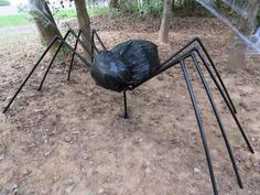 Spider made with PVC and garbage bags Diy Halloween Spider, Halloween Decorations To Make, Halloween Projects, Halloween Party Decor, Fall Halloween, Halloween Ideas, Halloween Stuff, Halloween Birthday, Diy Projects