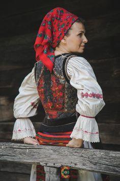 Portul popular din zona Bistrița – Etnotique Costume, Romania, Floral, Artist, Photography, Animals, Fashion, Moda, Photograph