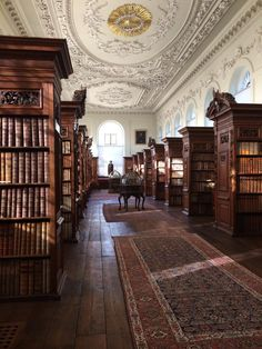 Dark academia aesthetic inspo (x) Queen's College, College Library, Oxford College, Hogwarts Library, Library Plan, Dream Library, Photo Library, Living In London, Different Aesthetics