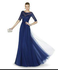 Vestido de noche azul marino ceñido por la cintura y el escote y lo demás suelto, muy elegante