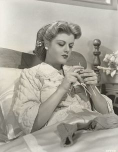 Angela Lansbury knitting socks in bed. WOW, I'm impressed, knitting socks and looking glamorous! Angela Lansbury, Classic Hollywood, Old Hollywood, Hollywood Divas, Hollywood Actresses, Art Du Fil, Knit Art, Knitting Socks, Knit Socks