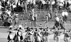 «Ecoutez mon cri, celui d'un homme gris et ordinaire, un fils du peuple qui aimait la liberté plus que tout, plus que sa propre vie». C'est le testament que Ryszard Siwiec, un père de famille de soixante ans, enregistre sur son magnétophone avant de se rendre à la fête de la moisson, au Stade de la Décennie à Varsovie, le 8 septembre 1968. Là, il s'immole par le feu pour protester contre l'invasion de la Tchécoslovaquie par les forces armées du pacte de Varsovie.