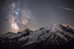 A Inacreditável Beleza do Céu Noturno - Meteóro risca o céu e a Via Láctea visível ao lado. Foto tirada do topo do Monte Rainier, Washington, a 4.390 metros acima do nível do mar.