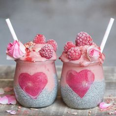These Vegan chia jars are a perfect, nutritional breakfast with a simple raspberry smoothie layered on top of my classic chia pudding Smoothie Bol, Raspberry Smoothie, Smoothie Cleanse, Green Smoothies, Smoothie Ingredients, Smoothie Recipes, Detox Recipes, Juicer Recipes, Salad Recipes