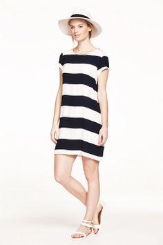299,- Ellos Collection Kjole mønstret Flot og enkel kjole i dejlig, vævet kvalitet. Model med normal pasform og kort ærme. Rund hals med slids og knap i nakken. Længde ca. 88 cm i str. 38. <br><br>100% viskose<br>Pasform: regular<br>Skånevask 40°
