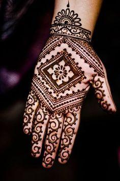 Tatouage au henné naturel de l'intérieur de la main                                                                                                                                                                                 Plus