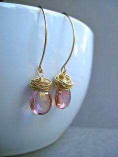 Een paar glinsterende mystic Rose quartz briolletes zijn gedrapeerd in gedraaide gouden ringen, en hangen van amandel oor draden. Alle metalen onderdelen zijn 14K goud gevuld. De edelstenen meet 11 mm x 9 mm, en de totale lengte van haar nieuwe oorbellen is 1,75 inch van boven naar