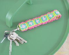 Deze toffe sleutelhanger haken? Kies je favoriete kleuren en maak van deze mini Granny Squares een hanger, armbandje of keycord! Kijk hier voor het patroon.