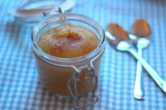 Zelfgemaakte appelmoes is heerlijk en niet moeilijk om te bereiden. Met dit recept heb je binnen een handomdraai appelmoes op tafel.
