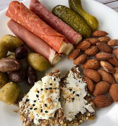 Keto snack plate lunch: Olives, pickles, prosciutto,salami and pepperoni wrapped around mozzarella, sea salted almonds and Parmesan crackers… Diet Snacks, Lunch Snacks, Healthy Snacks, Lunches, Ketogenic Recipes, Low Carb Recipes, Diet Recipes, Ketogenic Diet, Lunch Recipes