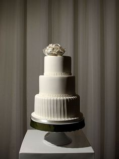 I love the gorgeous simplicity of this cake! Classy and modern.