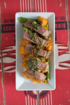 Rumpsteak, Süßkartoffel und grüner Spargel mit Chimichurri