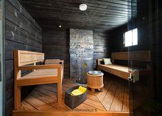 Sauna – lämpökäsitelty mänty, maalattu mustaksi – Lattialaatta: RTV – Lauteet: lämpökäsitelty mänty – Kiuas: Iki