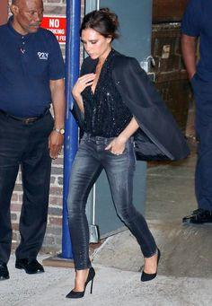 Dinner in New York kombiniert Victoria Beckham eine schwarz-glitzernde Pailletten-Bluse mit ihrer Lieblingsjeans.