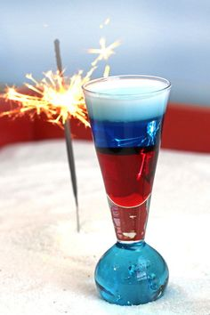 4th of July Layered Cocktail   17 Ways To Get Turnt At Your 4th Of July Party Fourth Of July Drinks, Fourth Of July Cakes, 4th Of July Desserts, 4th Of July Party, July 4th, Patriotic Party, Cocktail Mix, Cocktail Drinks, Cocktail Recipes