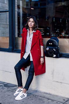 Annabelle fleur look blazer vermelho tênis calça jeans Red Coat Outfit, Jeans Outfit Winter, Chic Winter Outfits, Simple Outfits, Stylish Outfits, Fall Outfits, Cute Outfits, Casual Winter, Winter Wear