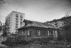 Проспект Мира, у дома 173. Опустевшая изба на фоне городских построек. 1963 год.