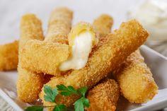Préparation : 1. Découpez la mozzarella en bâtonnets. Épongez-les délicatement avec du papier absorbant. Trempez-les dans la farine, puis dans l'œuf battu et pour finir dans la chapelure. 2. …