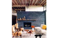Azul navy, uno de los tonos estrella de la temporada  Una pared con ladrillo a la vista cobra nueva vida con una pintura especial, generando un contraste único en este loft.         Foto:Fauxology.com