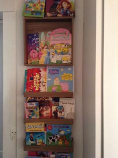 Prateleiras para livros neste quarto infantil.  projeto escritório Neo Arq SP