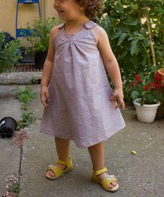 """Snappy Toddle Top"" fet vestit.  Patró gratuït.  http://www.prettyprudent.com/2010/05/baby-kid/snappy-toddler-top-free-downloadable-pattern-2/"