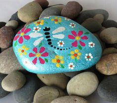 New Painting Rocks Flowers Paper Weights Ideas Dragonfly Painting, Pebble Painting, Pebble Art, Stone Painting, Painting Flowers, Painted Pavers, Painted Rocks Craft, Hand Painted Rocks, Painted Stones