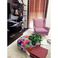 @danivitinteriores | Home Theater com base neutra e um toque de cor para um ambiente mais descontraído #bydanivit #danivitinteriores #interiordesign #design #decor #home #homedecor #breton #decoration #decoracao #instahome #instadecor #coolreference #picoftheday #bykamy #poltrona #armchair #table #mesadecentro #puff #persiana #arthurdecor #estante #hometheater #color #interiores