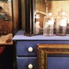 Vintage textures around the shop, love these colour combinations of graphite with painted layers and dark wax for an ebonised  look. A deep blue custom mix, white  knobs and splashes of gold. All painted using #anniesloachalkpaint available from #Find #Findvintage #vintagehome #Cowslane #TempleBar #Dublin #irishinteriors