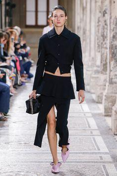 Proenza Schouler colección Prêt-à-porter Primavera-Verano 2018. Este año el dúo de diseñadores presentan su colección Prêt-à-porter en la Semana de La Moda en París. Algo muy tipico de la marca es ver diseños con sujetador-top sobre las prendas. y chaquetas sobre cuerpos practicamente desnudos.  #coleccion #desfile #semanadelamoda #paris #blog #fashion #fashionblog #collection #luxury #style #designer #design #details #fashionweek #glamour #trendy #inspiration #proenzaschouler  #pretaporter