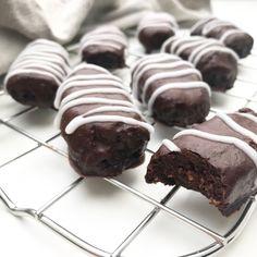 Opskrift (ca. g frugtrulle fra Castus (dadelr Raw Food Recipes, Cake Recipes, Snack Recipes, Dessert Recipes, Delicious Desserts, Yummy Food, Raw Cake, Healthy Candy, Cookie Desserts