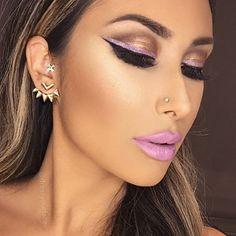 Deets @tartecosmetics tartelette 2 palette @lorac liquid lipstick in beauty guru on lips and as my piggy-backed eyeliner @saleha highlight in Hollywood gold (use code DYF15 to save on salehabeauty.com) @sidneyle lash extensions (4 weeks old and still going strong ) Earrings from @baubleboutique