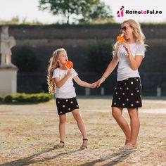 Setul contine doua tricouri (mama + fiica) si doua fuste (mama + fiica). Daca vrei sa fii alaturi de fiica ta atractia principala la un eveniment, atunci opteazeaza pentru acest set mama fiica.