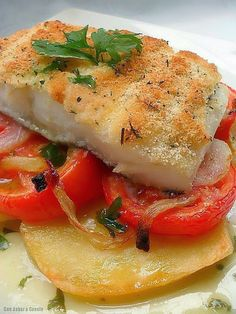 Bacalao con Costra Es increible pensar que antiguamente este pescado era comida Atıştırmalıklar Fish Recipes, Seafood Recipes, Cooking Recipes, Healthy Recipes, Spanish Dishes, Food Decoration, Food Humor, Fish Dishes, I Foods