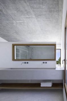 Minimal bathroom interior with concrete decorating decorating before and after interior design bathroom design design Minimal Bathroom, Modern Bathroom, Modern Sink, Bad Inspiration, Bathroom Inspiration, Interior Minimalista, Tadelakt, Minimalist Home Decor, Minimalist Interior